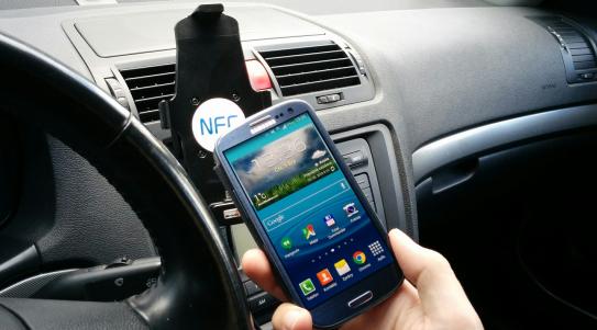 Využití NFC štítku nalepeného v držáku telefonu v autě. Po zasunutí telefonu se zapne bluetooth, zvýší jas a úroveň vyzvánění. Po odebrání telefonu se vše vrátí na původní hodnoty.